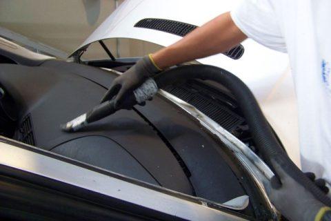 Limpeza do veículo para aplicação de novo vidro (aspiração)