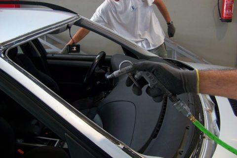 Limpeza do veículo para aplicação de novo vidro (ar comprimido)