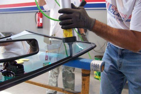 Aplicação de cola no vidro
